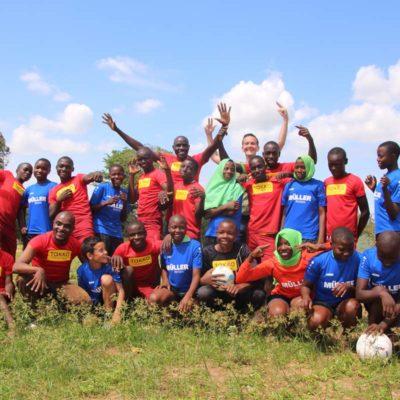 Fußball ohne Grenzen – Tobi Staiger vom VfB Bösingen und Müller-Reisen engagieren sich in Kenia für die Fußball-Jugend